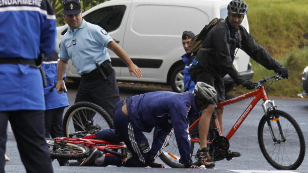 <strong>SYKKELKRASJ:</strong> Nicolas Anelka skled på asfalten under fjellsykling med det franske landslaget. Spissen slapp uskadet fra det. Foto: Charles Platiau / REUTERS.