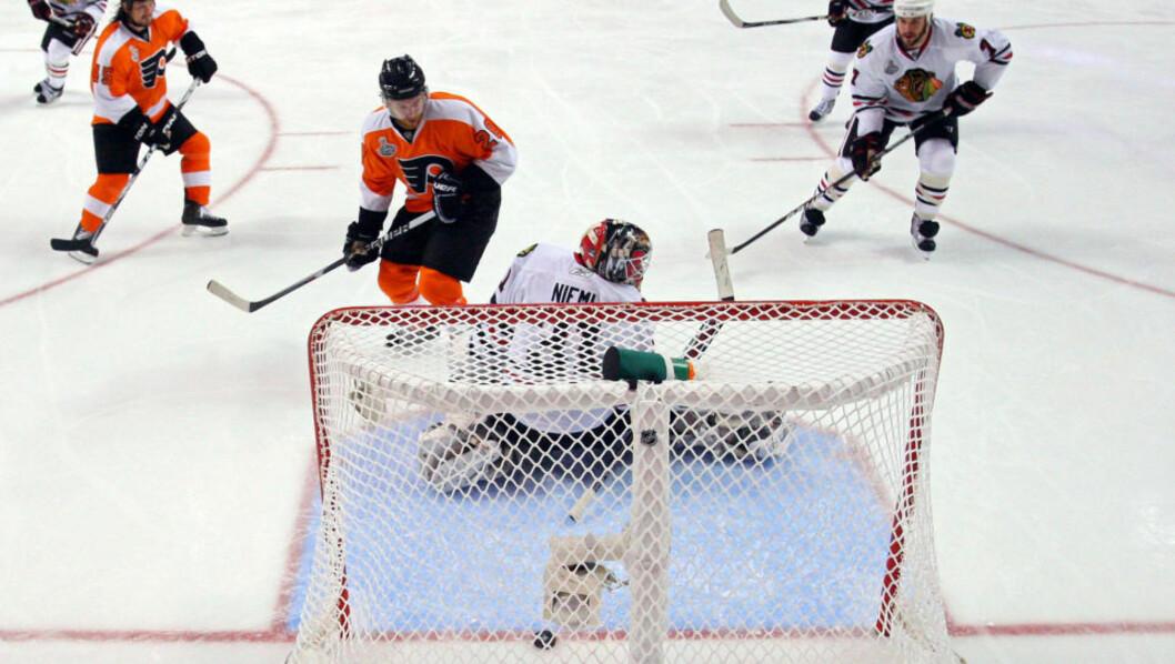 <strong>AVGJORDE I SUDDEN DEATH:</strong> Både hjemmefansen og Philadelphia Flyers-spillerne kunne juble for seier etter at Claude Giroux (nr.28) avgjorde i «sudden death» i tredje kamp i Stanley Cup-finalen onsdag. Foto: Bruce Bennett/Getty Images/AFP