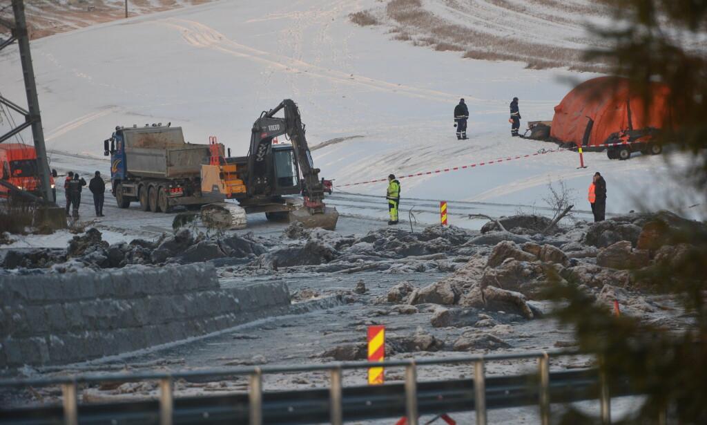 SETTER INN GRAVEMASKIN: En gravemaskin står klar til å settes inn i arbeidet på rasstedet i Sørum. Foto: Thomas Rasmus Skaug / Dagbladet