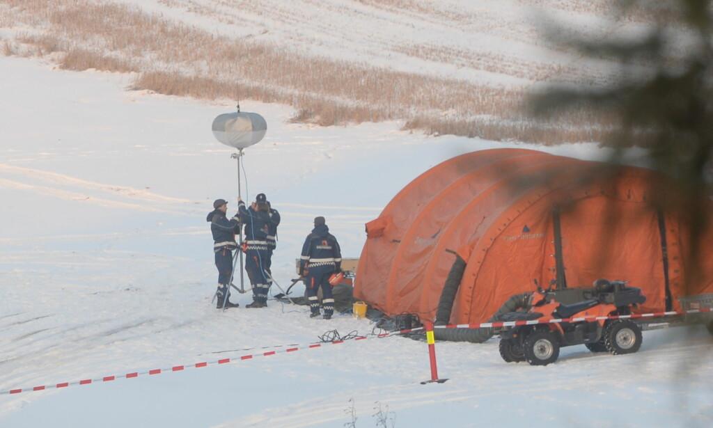 «POWERMOON»: Sivilforsvaret setter opp en såkalt powermoon - en svært sterk lyskilde som skal hjelpe letemannskapene i mørket. Foto: Thomas Rasmus Skaug / Dagbladet