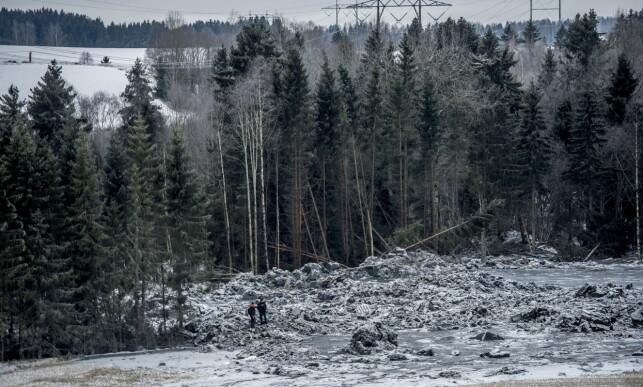 FARLIG: De savnede mennene befant seg i dette skogholtet da skredet kom. Kvikkleira er fremdeles flytende, og letearbeidet er derfor farlig. Foto: Thomas Rasmus Skaug / Dagbladet