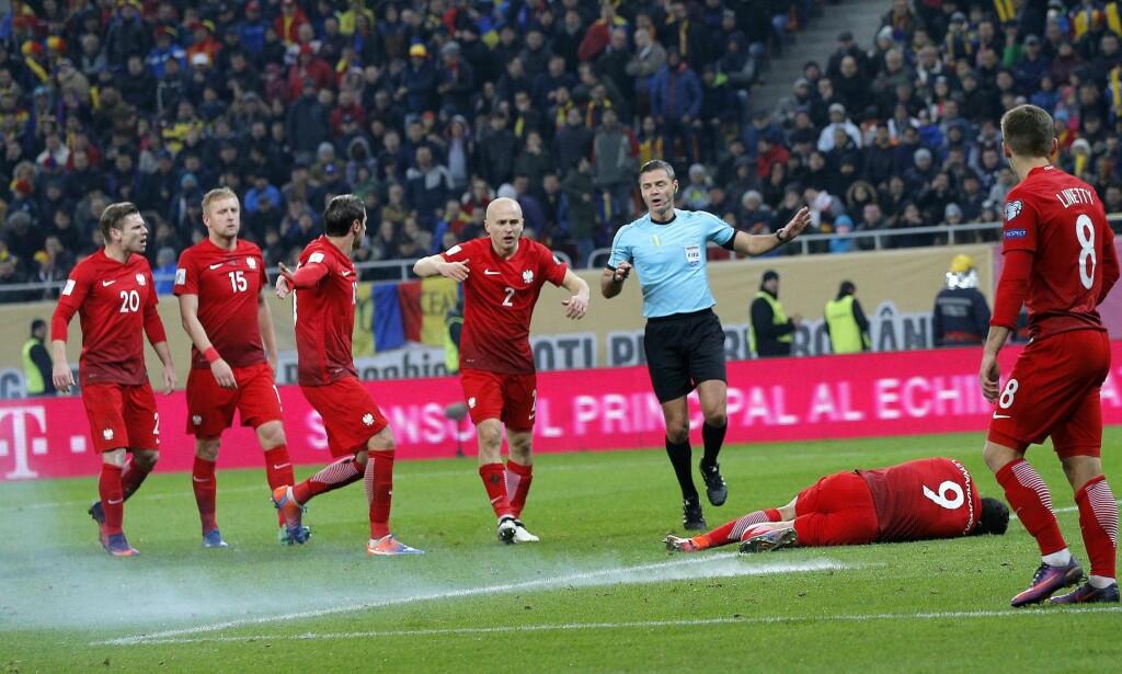 SKREMT: Polen-spillerne løper for å se til Robert Lewandowski eteter