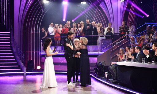 KLEM: Trine Dehli Cleve ga Bailey en klem etter hans siste dans. Foto: TV 2