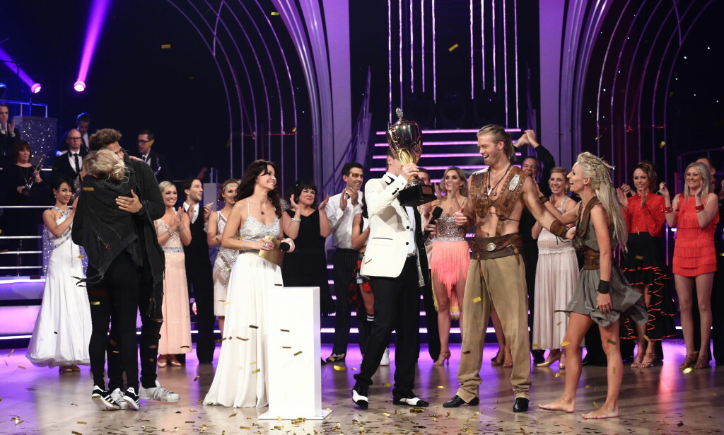 POKAL: Her mottar Eilev og Nadya beviset på at de er vinnerne av årets Skal vi danse. Foto: TV 2