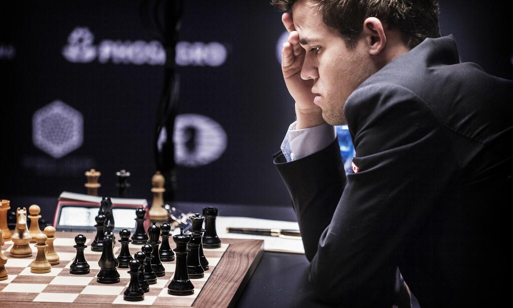 TANKEFULL: Magnus Carlsen under lørdagens parti.Foto: Hans Arne Vedlog  / Dagbladet