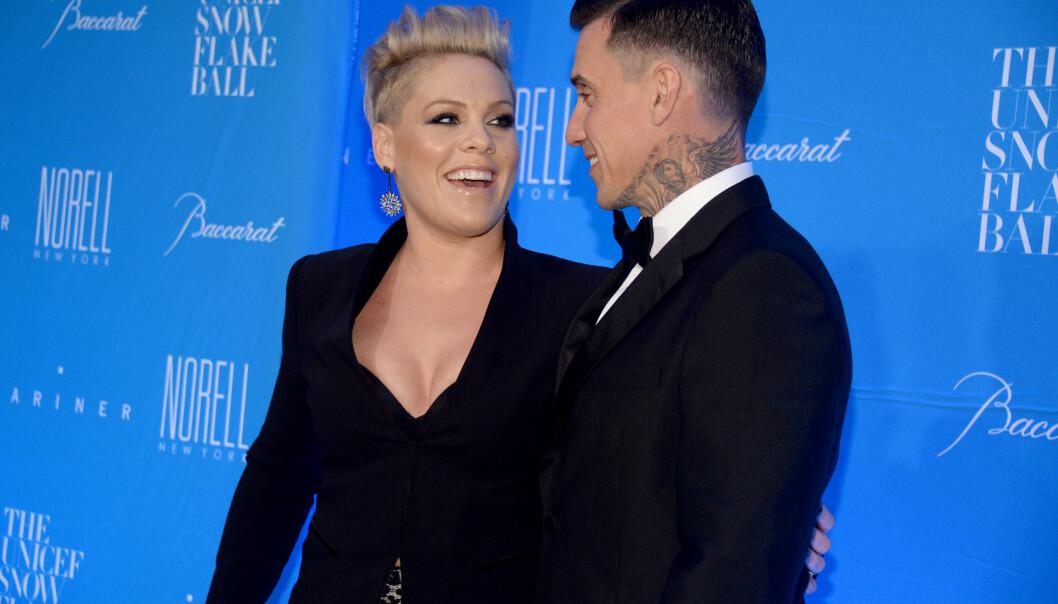 BABYLYKKE: Artisten Pink og ektemannen Carey Hart kunne i romjulen juble av lykke. Paret fikk sin første sønn, og Willow fikk en lillebror. Foto: NTB scanpix