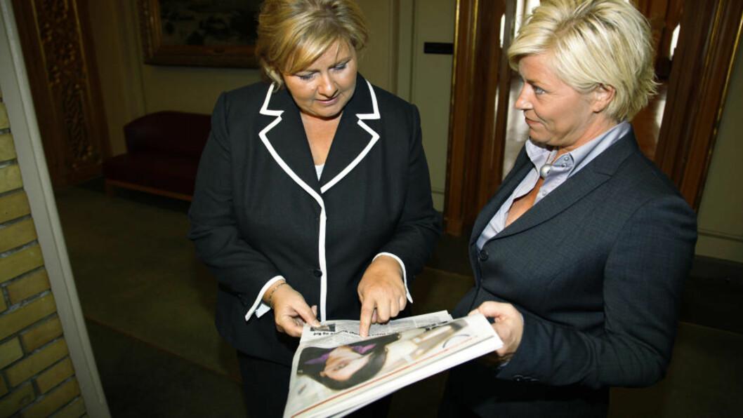 <strong>UENIGE OM INNVANDRING:</strong> Erna Solberg (H) møter Siv Jensen (Frp) på oppfordring fra pressen. Her diskuterer de høyrepolitiker Afshan Rafiq sitt angrep på Frps innvandringspolitikk. Foto: Jacques Hvistendahl / Dagbladet