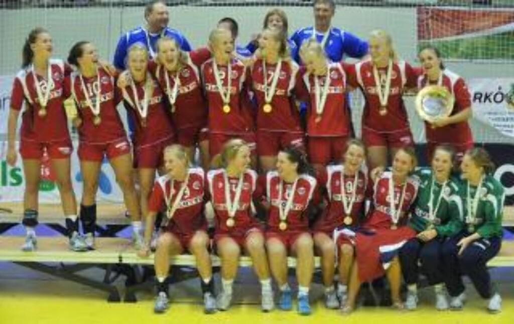 U19-GULL: Nora Mørk, nummer to øverst fra venstre, ble kåret til U19-EMs beste spiller da Norge tok gull i august. Foto: EPA