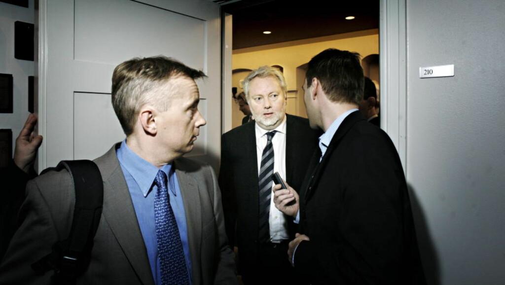 PÅ VEI UT: Sittende PST-sjef Jørn Holme (i midten) tiltrer som ny riksantikvar 22. oktober, og jakten på hans etterfølger går mot slutten - men trolig ikke så raskt som justisminister Knut Storberget ønsket. Arkivfoto: FRANK KARLSEN