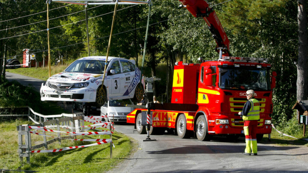 ULYKKESBILEN: Her blir bilen til Andreas Mikkelsen og kartleser Ola Fløene dratt ut etter den tragiske dødsulykken. Foto: Torbjørn Berg
