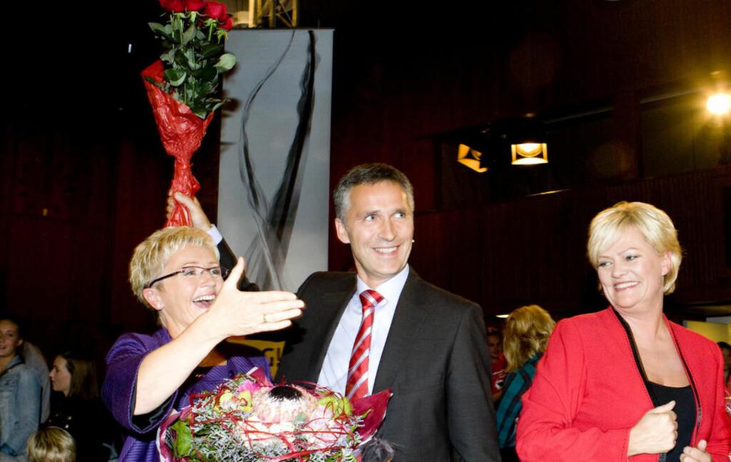 FIRE NYE ÅR? Liv Signe Navarsete (Sp, f.v.), Jens Stoltenberg (Ap) og  Kristin Halvorsen (SV) mottar blomster og publikums hyllest etter NRKs  partilederdebatt i Samfunnssalen fredag kveld. Foto: Heiko Junge / Scanpix .
