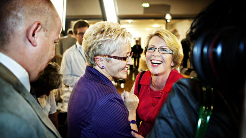 DRONNINGER: Da Liv Signe Navarsete ankom valgvaken på Ingeniørenes hus i Oslo ble hun møtt av en fornøyd Åslaug Haga. Foto: Nina Hansen