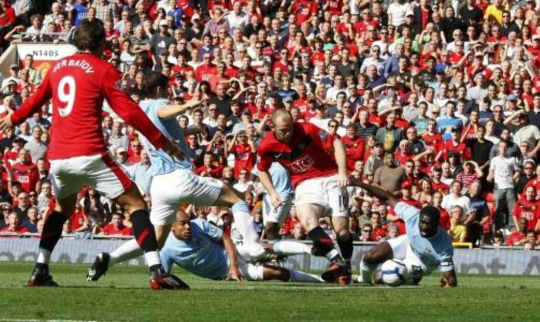 <strong>ETTER TO MINUTTER:</strong> Wayne Rooney straffet et sovende City-forsvar og sendte United foran før to minutter var spilt.Foto: SCANPIX/REUTERS/Phil Noble