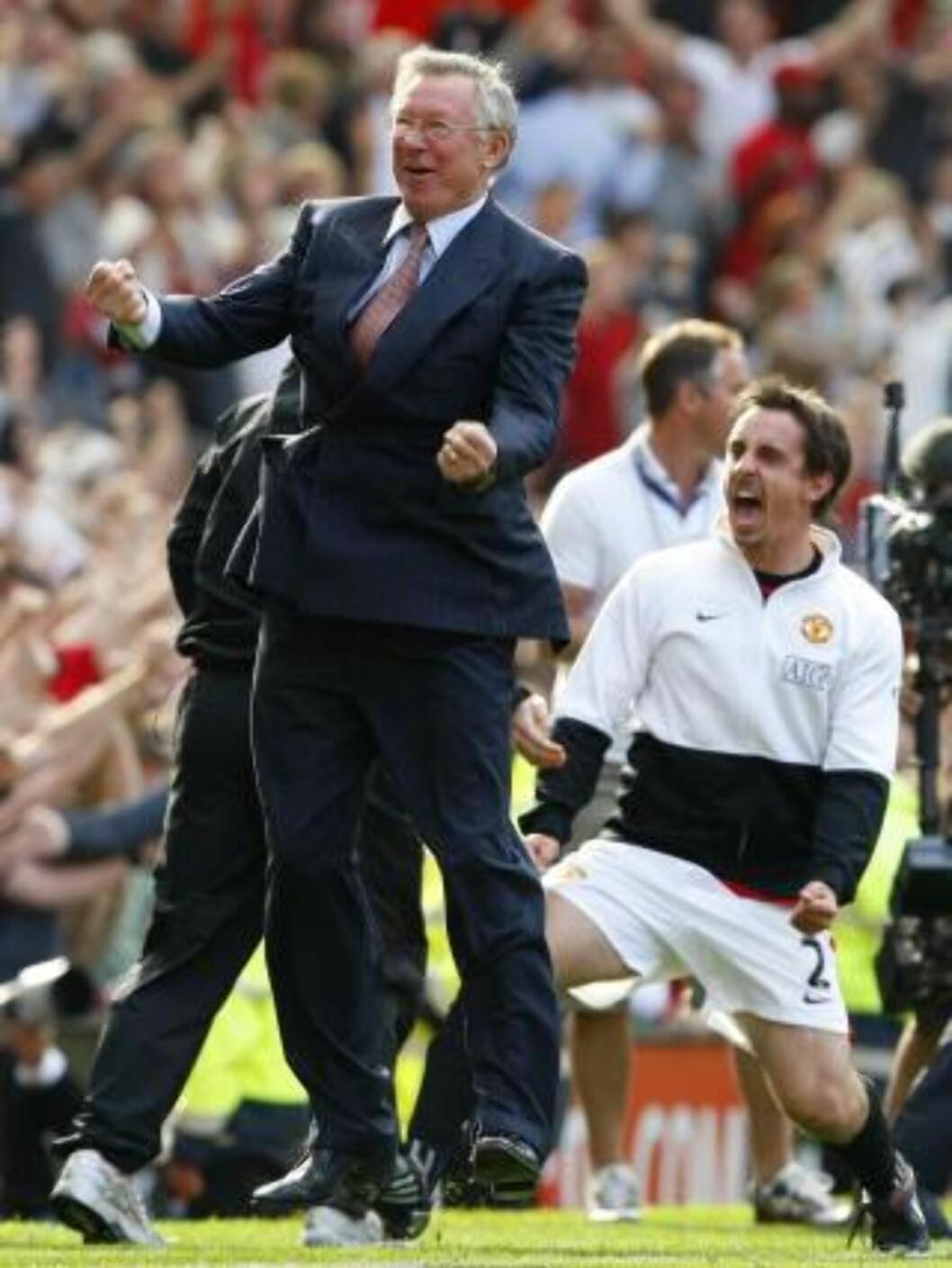GLAD? Alex Ferguson jubler for vinnermålet. Gary Neville er også sånn passe fornøyd.Foto: SCANPIX/REUTERS/Phil Noble