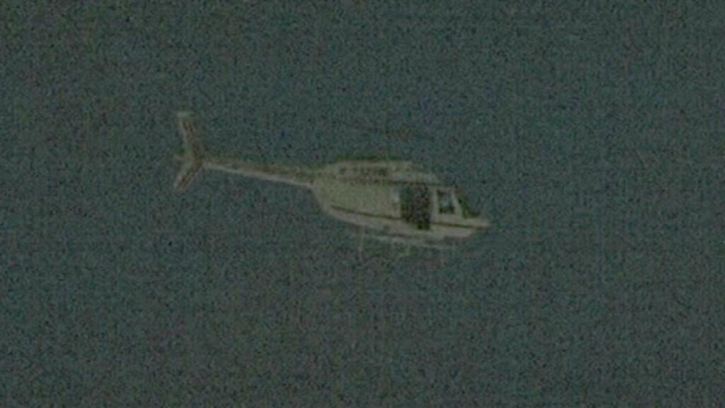 KOM I HELIKOPTER:  Ranerne både kom og forsvant i et stjålet helikopter av typen Bell 206 Jet Ranger.  Foto: AP Photo/APTN/Scanpix