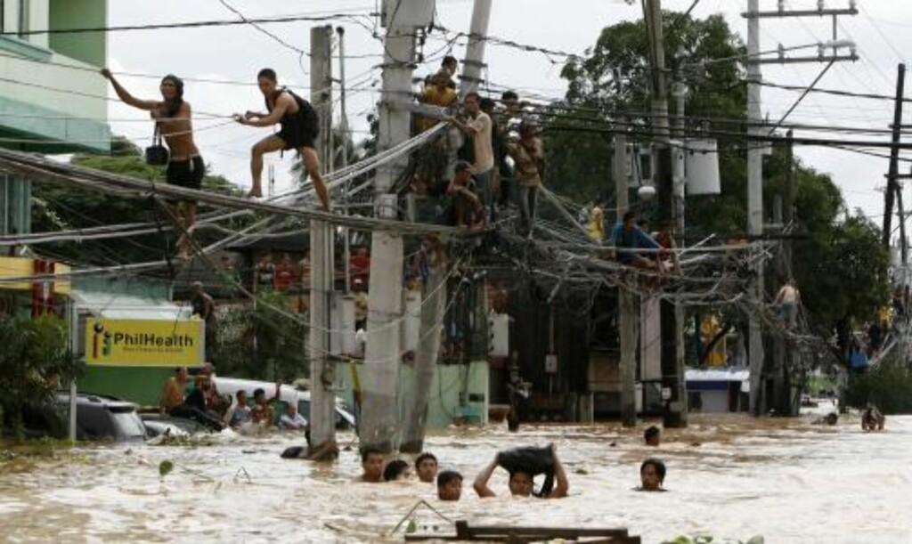 FLYKTER: Folk flykter via strømlinjene. Foto:    REUTERS/Scanpix