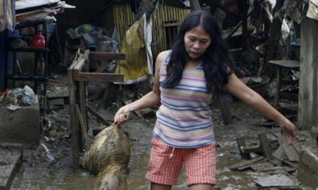 KRAFTIG NEDBØR: Normalt sett faller det omlag 391 milimeter regn i september i Manila. Mellom klokken åtte og klokken to lokal tid lørdag derimot, opplevde hovedstaden 341 mm nedbør på kun seks timer. Foto: REUTERS/Erik de Castro