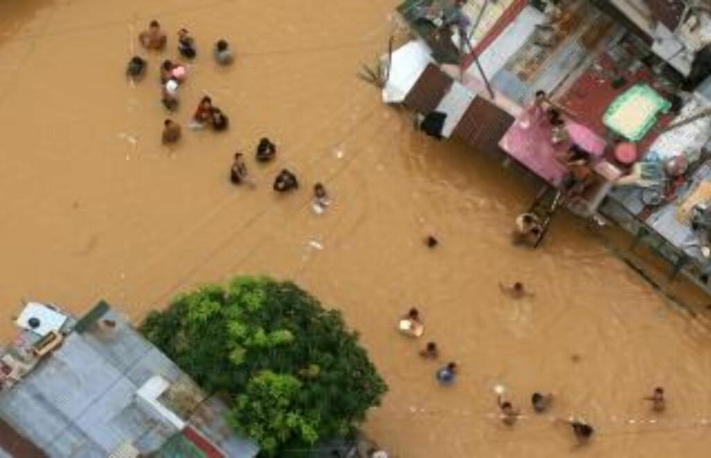 BY UNDER VANN: Ifølge offisielle myndigheter var 80 prosent av Manila underlagt vann. Dette er den kraftigste flommen på nesten 40 år, melder CNN. Foto: AFP PHOTO/NOEL CELIS