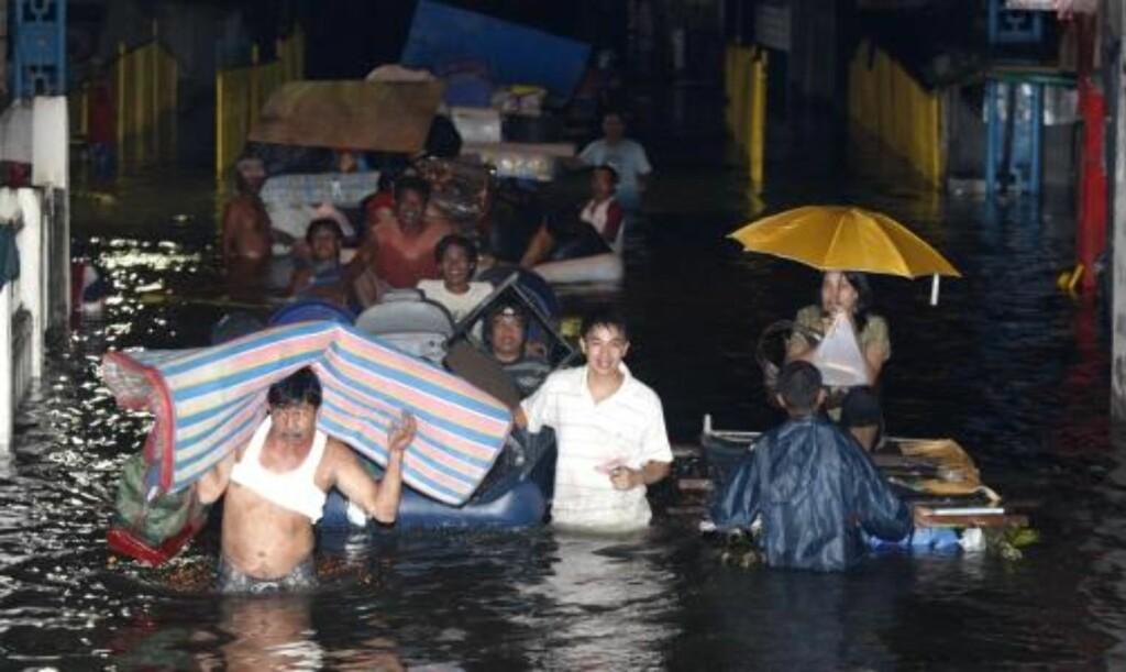 450 000 mennesker er nå husløse. Fillipinske myndigheter sier de vil fortsette redningsarbeidet til alle som er i fare er gjort rede for. EPA/DENNIS M. SABANGAN