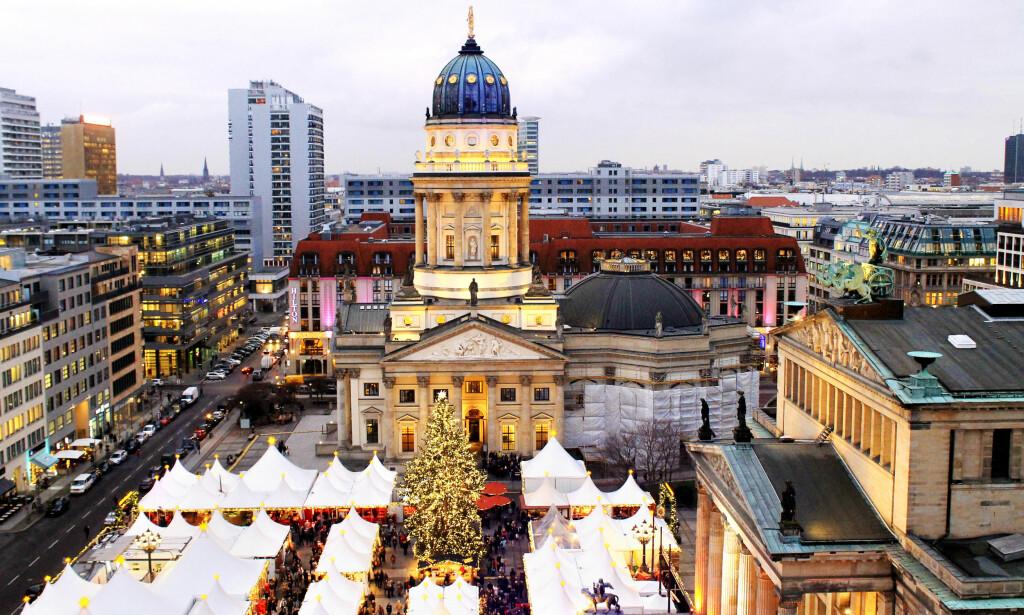 TRADISJONSRIKT: Med flere hundre års erfaring kan tyskerne julemarked, og Berlins største og vakreste finner du på Gendarmenmarkt. Fra den franske domen får man flott utsikt over markedet, aller finest er det i skumringstiden. Foto: Ida Anett Danielsen