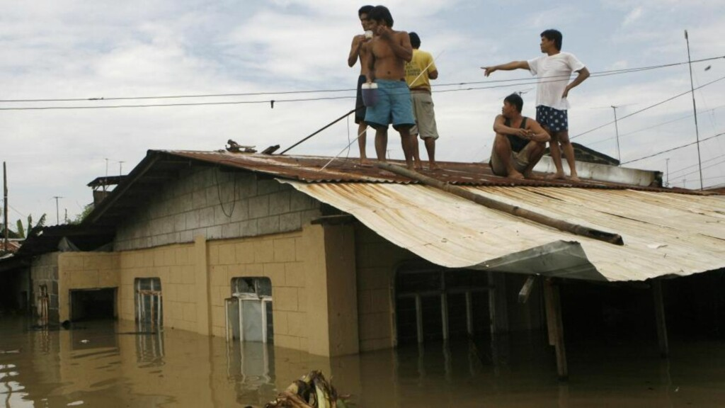 PÅ TAKET: Flomrammede søker tilflukt på takene i Binan Laguna, sør for hovedstaden Manila. Minst 240 personer er bekreftet døde etter flommen på Filippinene, og dødstallene er ventet å stige når redningsarbeidere tar seg inn i det hardest rammede områdene. Foto: REUTERS/Erik de Castro