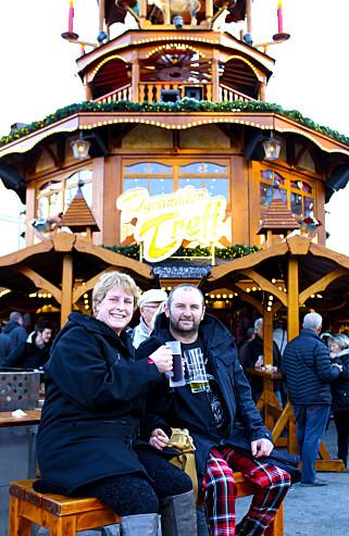 SKÅL: – Det er en helt unik atmosfære i Berlin i desember, sier Vicky og James Wigfall, som har tatt turen fra England for litt førjulshygge i den tyske hovedstaden.