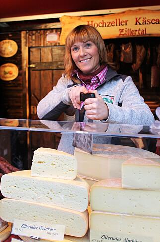 JULESHOPPING: Pølser og ost er populære varer på markedene – og blir til fine julegaver til de her hjemme.