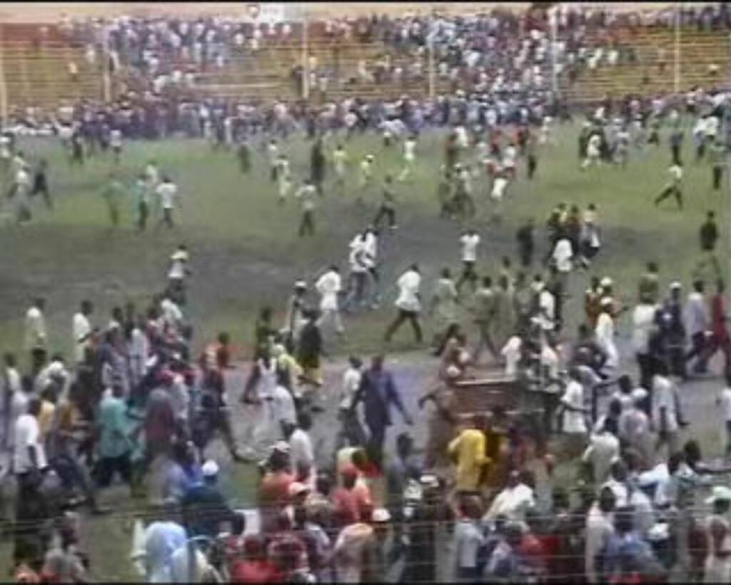 PRØVER Å RØMME: Mennesker løper fra et stadium under demonstrasjonene i Conakry i Guinea i går. Foto: REUTERS/Reuters TV