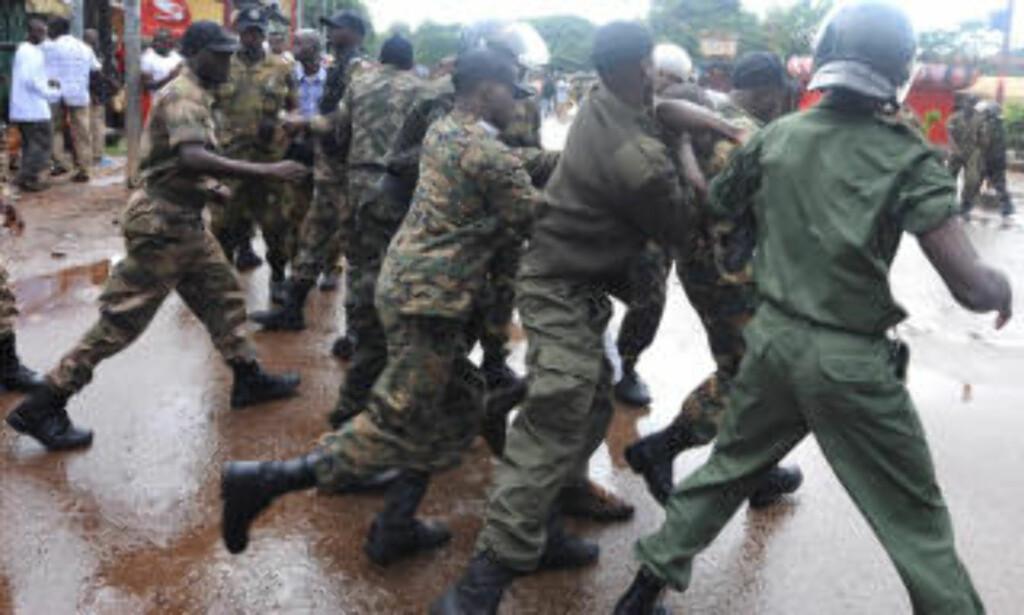 TIL ANGREP: Opprørspoliti og militærjuntaen skal ha skutt mot demonstrantene i går. Flere skal ha fått skudd i ryggen da de prøvde å flykte. Foto: AFP/ SEYLLOU