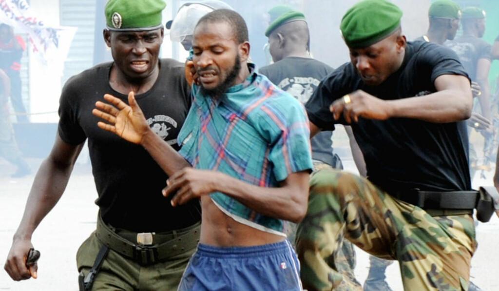 RØFF BEHANDLING: Militærjuntaen i Guinea får kritikk etter at over 150 demonstranter døde i går. Foto:AFP/ SEYLLOU