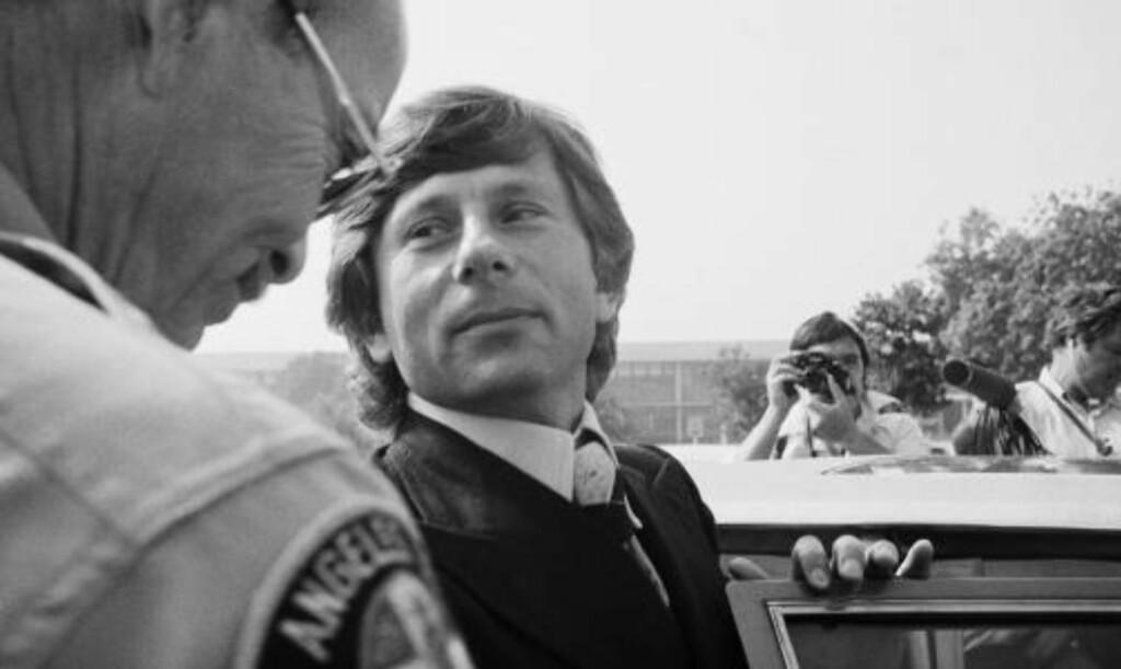 RØMTE: Polanski forlater her rettssalen i 1977. Kort tid etter flyktet filmskaperen fra USA. Foto: AP Photo/Nick Ut/Scanpix
