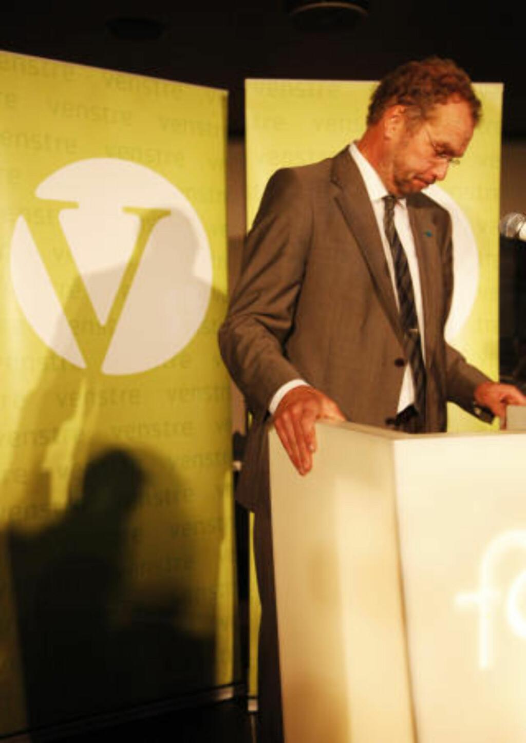 NEDERALGET: Venstres leder Lars Sponheim på talerstolen under Venstres valgvake på restaurant Folk i Folketaterbygningen i Oslo valgkvelden. Foto: Erik Johansen / Scanpix