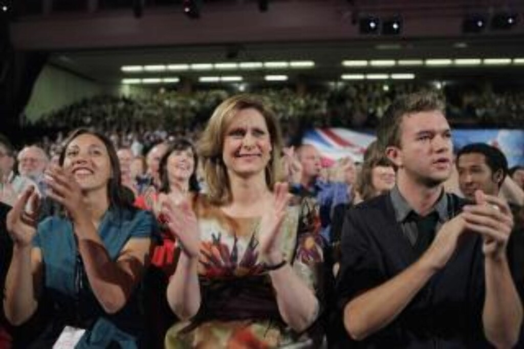 GODT FORNØYD: Sarah Brown applauderer sin mann. Foto: AP Photo/Lefteris Pitarakis