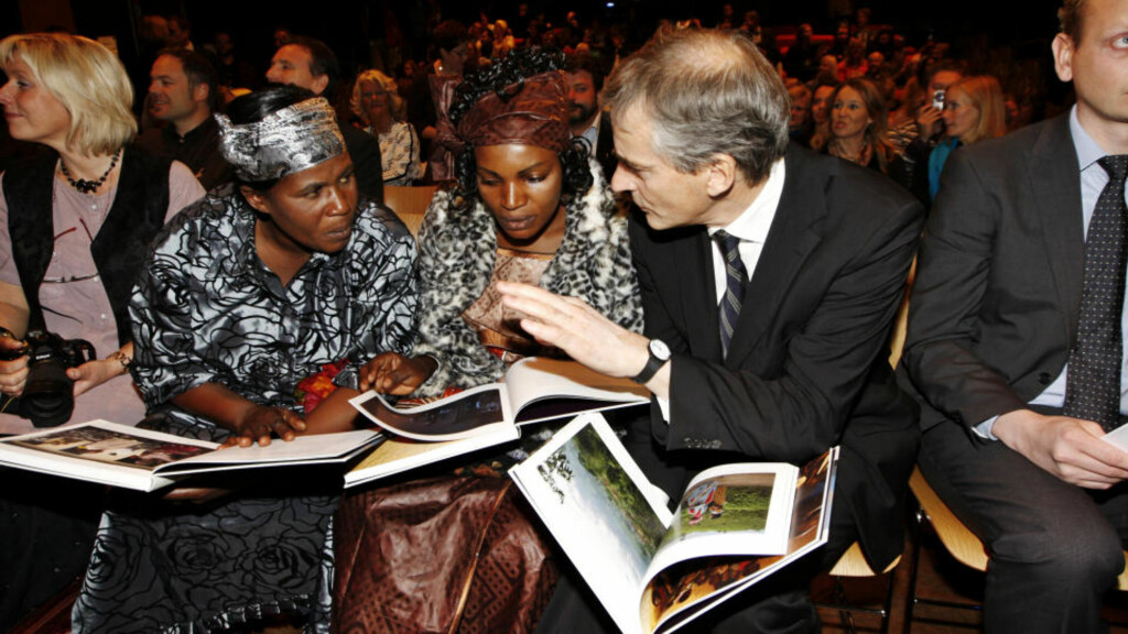 """PÅ LITTERATURHUSET:  Banyere Nakatche (f.v.), bedre kjent som Mamma Jeanne, Bindu Kahindo, bedre kjent som Jeannette, og utenriksminister Jonas Gahr Støre i samtale under lanseringen av boken """"Kvinner bærer halve himmelen. Beretninger om kvinner i Kongo på Litteraturhuset i dag. Gahr Støre har skrevet forordet til boka der historiene til de to kvinnene blir fortalt. FOTO SCANPIX"""