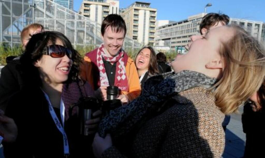 HAVNER VI I AVISA? De nordiske jusstudentene brøt ut i latter da de skjønte at Dagbladet hadde festet badestuntet deres til film. Foto: Øistein Norum Monsen