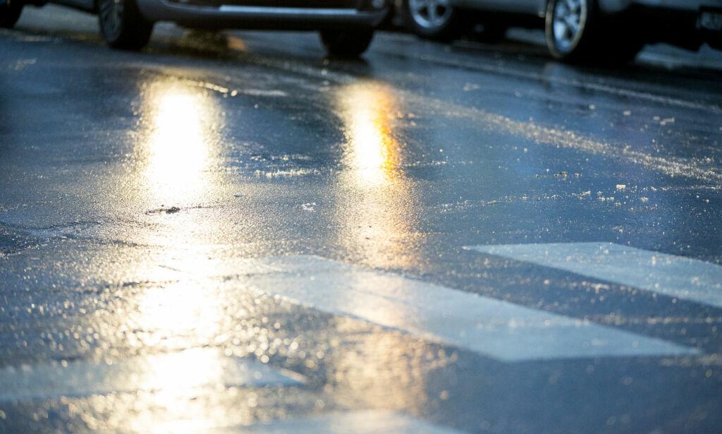 image: Advarer om speilblanke veier på Østlandet. Full stopp på E6 etter trafikkulykker