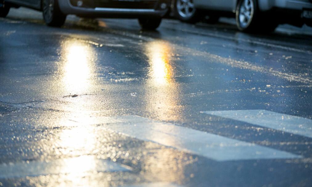 <strong>Speilblankt:</strong> Nødetatene og Vegvesenet advarer om glatte veier flere steder på Østlandet. Illustrasjonsfoto: Vegard Wivestad Grøtt / NTB scanpix