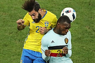 EM: Benteke i duell med svenske Jimmy Durmaz. Foto: AP Photo/Claude Paris
