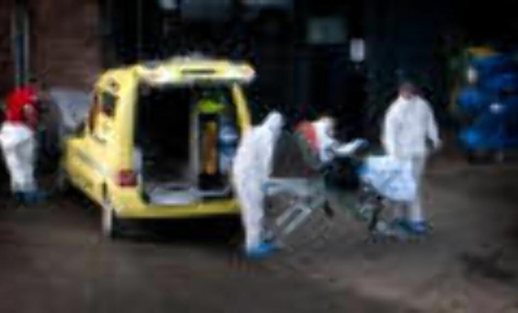 <strong>LEGEVAKTA I OSLO:</strong> En kvinne med mistanke om svineinfluensasmitte ankommer legevakten. Både hun og pleierne er kledd i verneutstyr. Foto: Øistein Norum Monsen/Dagbladet