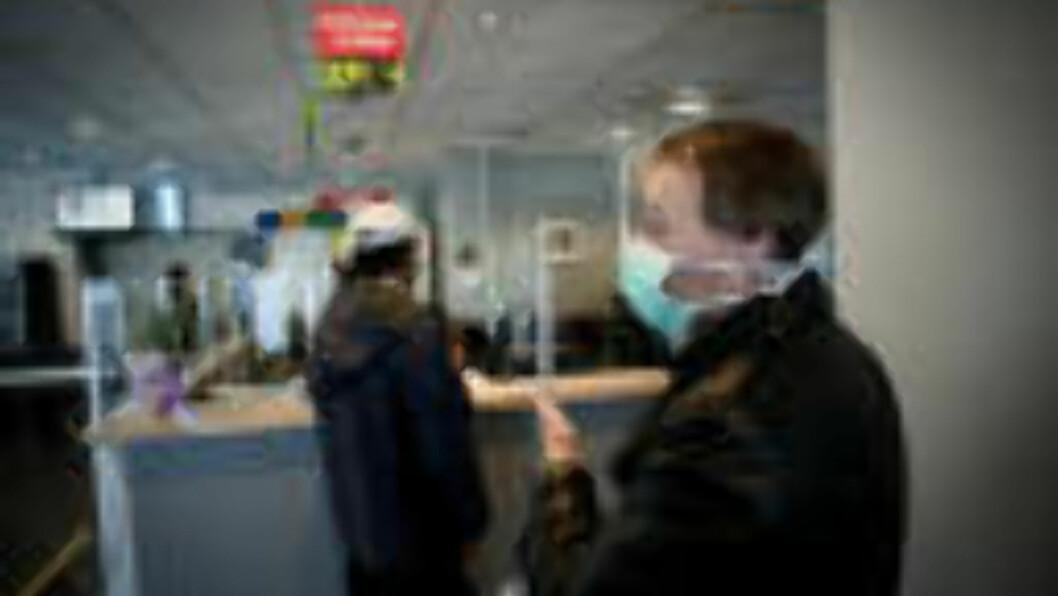 <strong>ANKOMMER:</strong> Laszo (40) har mulige svineinfluensasmitte og får utdelt munnbind på legevakten i Oslo. Smittevernoverlegen i Oslo frykter nordmenn skaffer seg selv vaksine uten at de er i risikogruppen. Foto: Øistein Norum Monsen