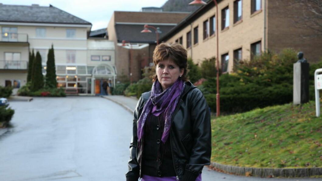 NEKTES ERSTATNING: Liv Oddhild Lyng (47) mener gastroskopiundersøkelsen på Nordfjord sjukehus ødela helsa. Foto: Stig Høynes