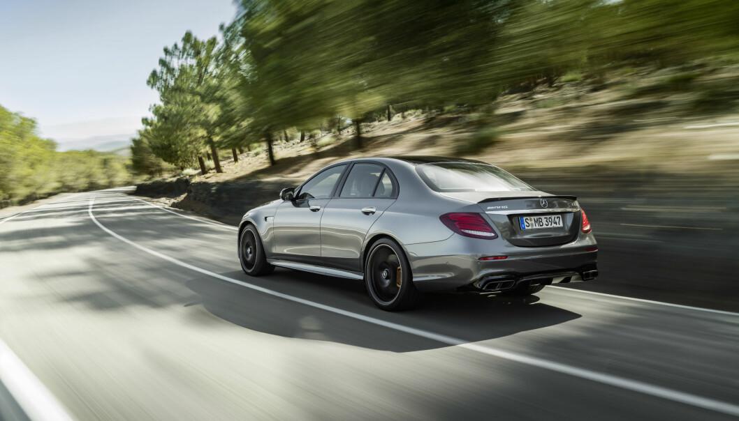 <strong>HINSIDES RASK:</strong> Mercedes E 63 yter 571 hestekrefter og 750 newtonmeter, mens E 63 S legger på til 612 hester og 850 newtonmeter. Og maksimal trekkraft er tilgjengelig fra 2500 til 4500 omdreininger per minutt. Foto: Daimler