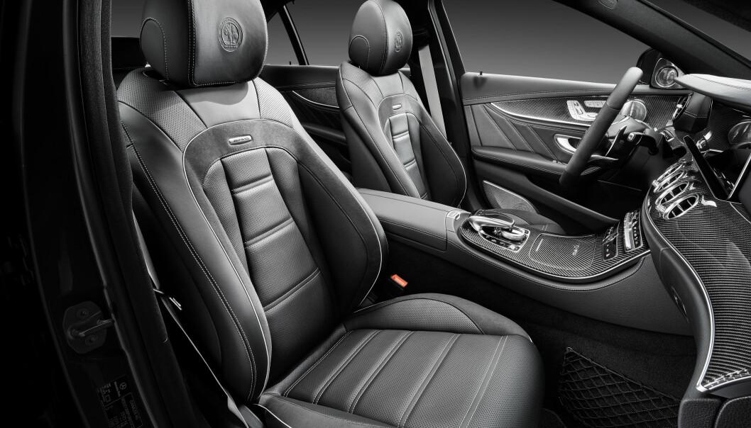 <strong>SKINN OG KARBON:</strong> Det er sportslig luksus som dominerer i denne versjonen av tidenes råeste E-klasse. Foto: Daimler