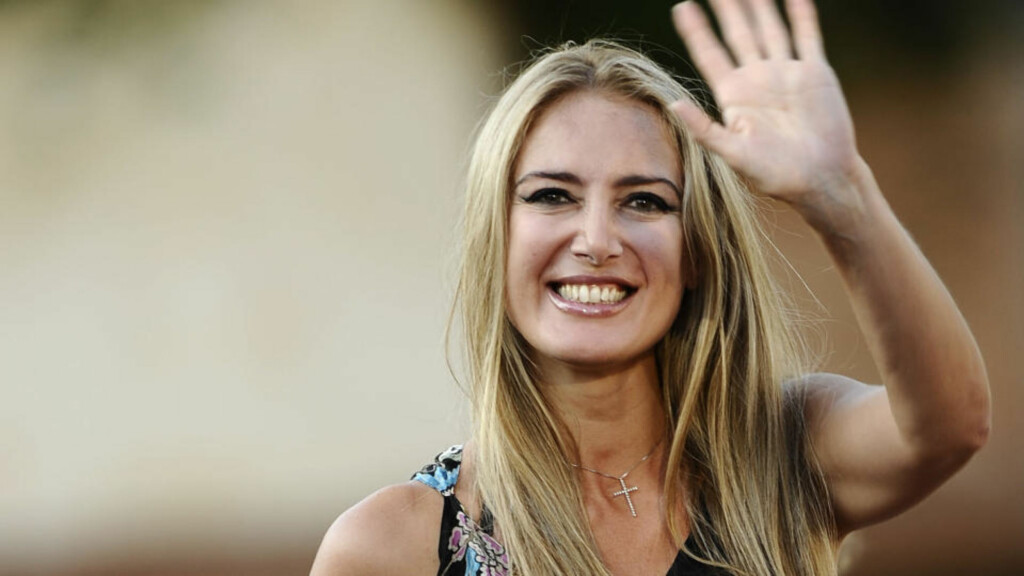 UTE MED BOK: Patrizia D'Addario (42) skriver om Berlusconi. Foto: AFP PHOTO/Filippo Monteforte