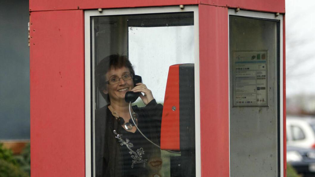 DEN GAMLE METODEN: Sola Kommune og HMS-koordinator Sissel Røynstrand forsøker å ta frykten for mobilstråling på alvor. Resepten er å ta i bruk den gode, gamle fasttelefonen. Foto: ALF OVE HANSEN.  Foto: Alf Ove Hansen