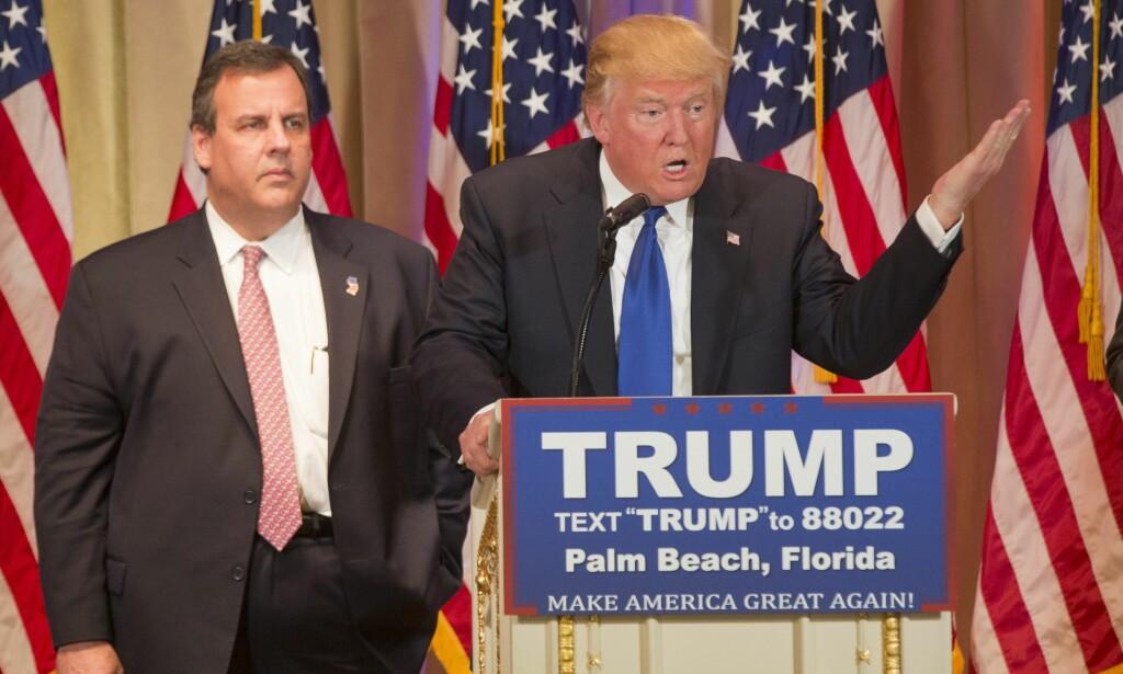 #FREECHRISCHRISTIE: Bildene av det mange antok var en ukomfortabel Chris Christie gikk verden rundt i mars fordi det så ut som om han hadde blitt tvunget til å stille opp for Trump. Mange spøkte med at det så ut som om guvernøren hadde blitt tatt som gissel. Foto: EPA / NTB Scanpix