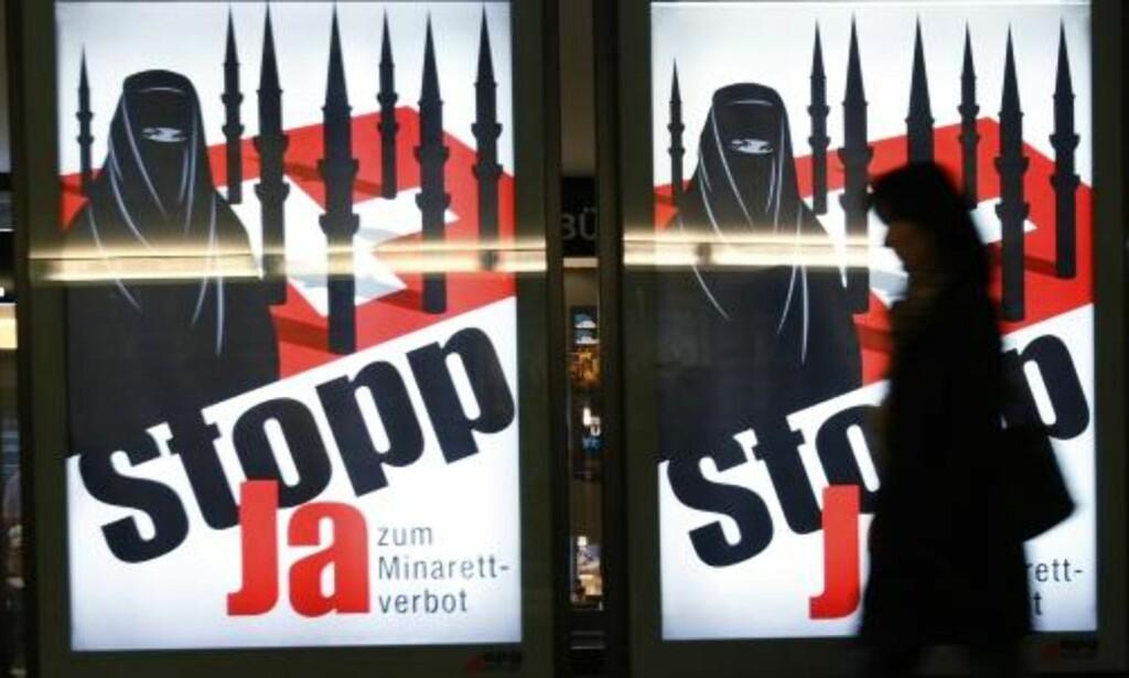 KAMPANJE: En kvinne går forbi en av plakatene i Bern som viser kampanjen startet av det nasjonalistiske Sveits folkeparti (SVP)  Foto: Ruben Sprich/REUTERS