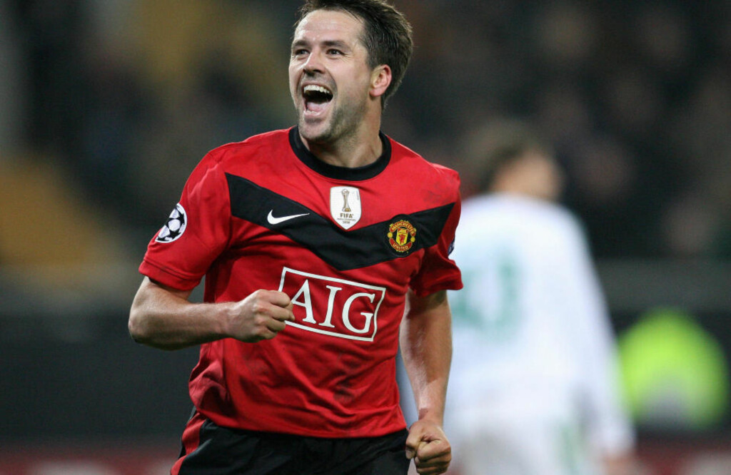 Manchester United's Michael Owen celebrates scoring during the UEFA Champions League group B football match Wolfsburg vs Manchester United in the northern German city of Wolfsburg on December 8, 2009.    AFP PHOTO DDP / RONNY HARTMANN