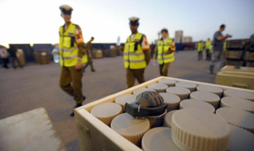 VÅPENFUNN: Granater og landminer var bare noe av det som ble funnet ombord på skipet Francop, israelske myndigheter aksjonerte mot i november. Foto: AFP PHOTO/DAVID BUIMOVITCH/Scanpix