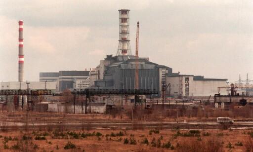 BETONGSARKOFAG: Sarkofagen over reaktor fire ved Tsjernobyl-kraftverket som eksploderte 26. april 1986, står fortsatt som et dystert monument over verdens til nå verste sivile atomkatastrofe. Denne skal nå erstattes med stålkuppelen. FOTO: Aleksander Nordahl / NTB Scanpix